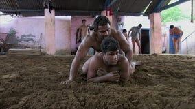 Μαχητές Kusthi που εκπαιδεύουν σε Akhara απόθεμα βίντεο