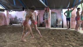 Μαχητές Kusthi που εκπαιδεύουν σε Akhara φιλμ μικρού μήκους