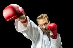 Μαχητής Kickboxer που εκτελεί μια διάτρηση πολεμικών τεχνών Στοκ Εικόνες