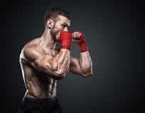Μαχητής MMA που προετοιμάζει τους επιδέσμους για την κατάρτιση Στοκ Φωτογραφία