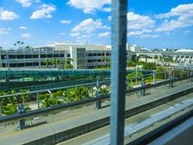 Μαϊάμι, ΗΠΑ - 29 Απριλίου 2018: τραίνο ουρανού στο διεθνή αερολιμένα του Μαϊάμι στο Μαϊάμι, ΗΠΑ Το Skytrain άρχισε τους επιβάτες στοκ εικόνα με δικαίωμα ελεύθερης χρήσης