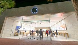 ΜΑΪΆΜΙ ΜΠΙΤΣ - 25 ΦΕΒΡΟΥΑΡΊΟΥ 2016: Οι τουρίστες περπατούν την επίσκεψη Apple Store Στοκ Φωτογραφίες