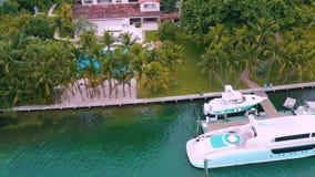 Μαϊάμι, Φλώριδα, ΗΠΑ - το Μάιο του 2019: Εναέρια πτήση άποψης κηφήνων πέρα από τον κόλπο του Μαϊάμι Biscayne και το ινδικό νησί κ απόθεμα βίντεο