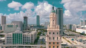 Μαϊάμι, Φλώριδα, ΗΠΑ - το Μάιο του 2019: Εναέριος πυροβολισμός του Μαϊάμι κεντρικός Πύργος της Ελευθερίας και λεωφόρος Biscayne ά φιλμ μικρού μήκους