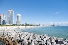 Μαϊάμι Beach/FL, ΑΜΕΡΙΚΑΝΙΚΉ άποψη της παραλίας από την αποβάθρα νότιου Pointe στοκ εικόνες