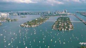ΜΑΪΑΜΙ, ΦΛΩΡΙΔΑ, ΗΠΑ - ΤΟ ΜΆΙΟ ΤΟΥ 2019: Εναέρια πτήση άποψης κηφήνων πέρα από τον κόλπο του Μαϊάμι Biscayne Βάρκες και γιοτ άνωθ φιλμ μικρού μήκους