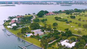 ΜΑΪΑΜΙ, ΦΛΩΡΙΔΑ, ΗΠΑ - ΤΟ ΜΆΙΟ ΤΟΥ 2019: Εναέρια πτήση άποψης κηφήνων πέρα από τον κόλπο του Μαϊάμι Biscayne και το ινδικό νησί κ απόθεμα βίντεο