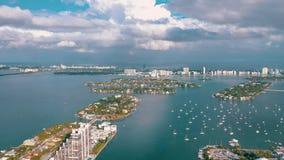 ΜΑΪΑΜΙ, ΦΛΩΡΙΔΑ, ΗΠΑ - ΤΟ ΜΆΙΟ ΤΟΥ 2019: Εναέρια πτήση άποψης κηφήνων πέρα από τον κόλπο του Μαϊάμι Biscayne Βάρκες και γιοτ άνωθ απόθεμα βίντεο