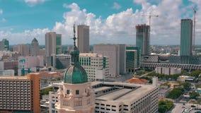 ΜΑΪΑΜΙ, ΦΛΩΡΙΔΑ, ΗΠΑ - ΤΟ ΜΆΙΟ ΤΟΥ 2019: Εναέριος πυροβολισμός του Μαϊάμι κεντρικός Πύργος της Ελευθερίας και λεωφόρος Biscayne ά φιλμ μικρού μήκους