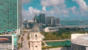 ΜΑΪΑΜΙ, ΦΛΩΡΙΔΑ, ΗΠΑ - ΤΟ ΜΆΙΟ ΤΟΥ 2019: Εναέριος πυροβολισμός του Μαϊάμι κεντρικός Πύργος της Ελευθερίας και λεωφόρος Biscayne ά απόθεμα βίντεο