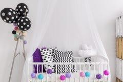 Μαύρα, άσπρα και πορφυρά χρώματα στην κρεβατοκάμαρα πριγκηπισσών Στοκ φωτογραφία με δικαίωμα ελεύθερης χρήσης