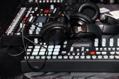 Μαύρα ακουστικά στο πιάνο πληκτρολογίων Στοκ φωτογραφία με δικαίωμα ελεύθερης χρήσης