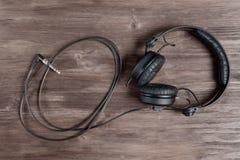 Μαύρα ακουστικά του DJ σε έναν ξύλινο πίνακα Στοκ εικόνα με δικαίωμα ελεύθερης χρήσης