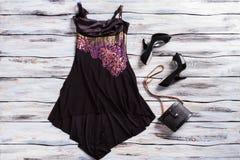 Μαύρα αμάνικα φόρεμα και παπούτσια Στοκ εικόνα με δικαίωμα ελεύθερης χρήσης