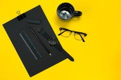 Μαύρα αντικείμενα από το γραφείο σε ένα κίτρινο υπόβαθρο Εργασία και δημιουργικότητα Τοπ όψη Στοκ εικόνα με δικαίωμα ελεύθερης χρήσης