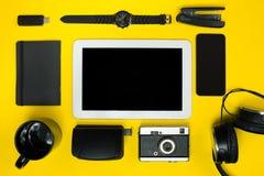 Μαύρα αντικείμενα από το γραφείο σε ένα κίτρινο υπόβαθρο Εργασία και δημιουργικότητα Τοπ όψη Στοκ φωτογραφίες με δικαίωμα ελεύθερης χρήσης