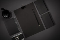 Μαύρα αντικείμενα από το γραφείο σε ένα σκούρο γκρι υπόβαθρο Απασχοληθείτε Στοκ Εικόνα
