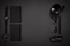 Μαύρα αντικείμενα από το γραφείο σε ένα σκούρο γκρι υπόβαθρο Απασχοληθείτε Στοκ εικόνες με δικαίωμα ελεύθερης χρήσης