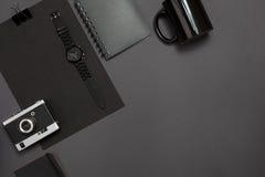 Μαύρα αντικείμενα από το γραφείο σε ένα σκούρο γκρι υπόβαθρο Εργασία και δημιουργικότητα Τοπ όψη Στοκ Φωτογραφίες