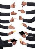 Μαύρα αρσενικά χέρια που κρατούν τα στοιχεία και που παρουσιάζουν σύμβολα Στοκ φωτογραφίες με δικαίωμα ελεύθερης χρήσης