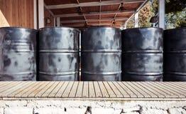 Μαύρα βαρέλια πετρελαίου μετάλλων στοκ εικόνες