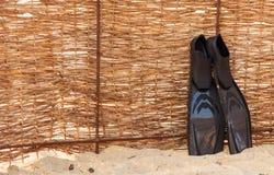 Μαύρα βατραχοπέδιλα στο ψάθινο υπόβαθρο φρακτών Κατάδυση και snor σκαφάνδρων στοκ φωτογραφίες με δικαίωμα ελεύθερης χρήσης