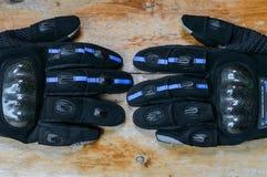 Μαύρα γάντια για τη μοτοσικλέτα Στοκ εικόνες με δικαίωμα ελεύθερης χρήσης