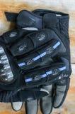 Μαύρα γάντια για τη μοτοσικλέτα Στοκ Εικόνες