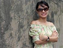 μαύρα γυαλιά ηλίου που φορούν τη γυναίκα Στοκ εικόνες με δικαίωμα ελεύθερης χρήσης