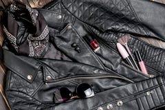 Μαύρα γυαλιά ηλίου σακακιών και γυναικών ποδηλατών δέρματος με το διακοσμητικό καλλυντικό ομορφιάς Εναλλακτικό σύνολο μόδας Επίπε Στοκ Φωτογραφίες