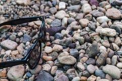 Μαύρα γυαλιά ήλιων σε μια ακτή Στοκ Εικόνα