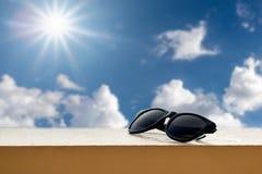 Μαύρα γυαλιά ηλίου που στηρίζονται στο μπαλκόνι Στοκ φωτογραφίες με δικαίωμα ελεύθερης χρήσης