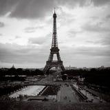 Μαύρα λευκό και κόκκινα φώτα του Παρισιού πύργων του Άιφελ Στοκ φωτογραφία με δικαίωμα ελεύθερης χρήσης