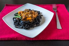 Μαύρα ζυμαρικά με το μελάνι σουπιών Ζυμαρικά semolina σκληρού σιταριού με το μελάνι καλαμαριών με τη σάλτσα βόειου κρέατος και γλ στοκ εικόνες με δικαίωμα ελεύθερης χρήσης