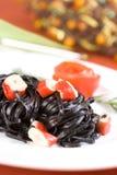 Μαύρα ζυμαρικά tagliatelle με τους κύβους καβουριών Στοκ φωτογραφίες με δικαίωμα ελεύθερης χρήσης