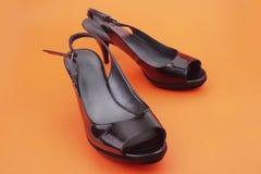 Μαύρα θηλυκά παπούτσια με τα υψηλά τακούνια Στοκ εικόνες με δικαίωμα ελεύθερης χρήσης