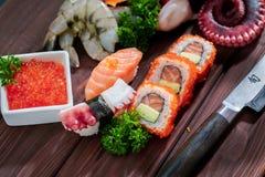 μαύρα καθορισμένα καλυμμένα σούσια Διαφορετικοί sashimi, σούσια και ρόλοι με το χταπόδι Στοκ Εικόνες