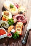μαύρα καθορισμένα καλυμμένα σούσια Διαφορετικοί sashimi, σούσια και ρόλοι με το χταπόδι Στοκ Εικόνα