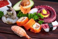 μαύρα καθορισμένα καλυμμένα σούσια Διαφορετικοί sashimi, σούσια και ρόλοι με το χταπόδι Στοκ Φωτογραφίες