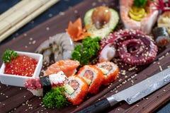 μαύρα καθορισμένα καλυμμένα σούσια Διαφορετικοί sashimi, σούσια και ρόλοι με το χταπόδι Στοκ εικόνες με δικαίωμα ελεύθερης χρήσης