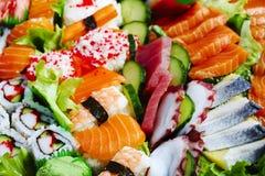 μαύρα καθορισμένα καλυμμένα σούσια Διαφορετικοί sashimi, σούσια και ρόλοι Στοκ Εικόνα