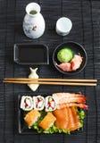 μαύρα καθορισμένα καλυμμένα σούσια Διαφορετικοί sashimi, σούσια και ρόλοι Στοκ εικόνες με δικαίωμα ελεύθερης χρήσης
