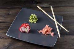 μαύρα καθορισμένα καλυμμένα σούσια ιαπωνικός παραδοσιακός τροφίμων Στοκ εικόνα με δικαίωμα ελεύθερης χρήσης