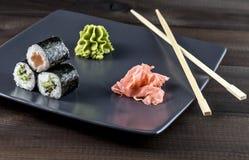 μαύρα καθορισμένα καλυμμένα σούσια ιαπωνικός παραδοσιακός τροφίμων Στοκ Φωτογραφίες