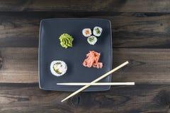 μαύρα καθορισμένα καλυμμένα σούσια ιαπωνικός παραδοσιακός τροφίμων Στοκ Εικόνες