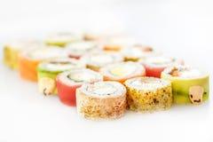 μαύρα καθορισμένα καλυμμένα σούσια Ρόλοι με το σολομό και τα λαχανικά Στοκ Εικόνα