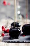 Μαύρα και κόκκινα καραμελοποιημένα μήλα αποκριών Στοκ φωτογραφία με δικαίωμα ελεύθερης χρήσης