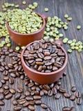 Μαύρα και πράσινα σιτάρια καφέ στα φλυτζάνια εν πλω Στοκ εικόνες με δικαίωμα ελεύθερης χρήσης