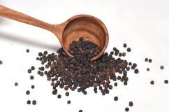 Μαύρα καρυκεύματα πιπεριών στο ξύλινο κουτάλι Στοκ φωτογραφία με δικαίωμα ελεύθερης χρήσης