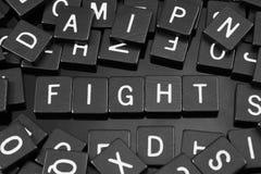 Μαύρα κεραμίδια επιστολών που συλλαβίζουν τη λέξη & x22 fight& x22  Στοκ Φωτογραφία